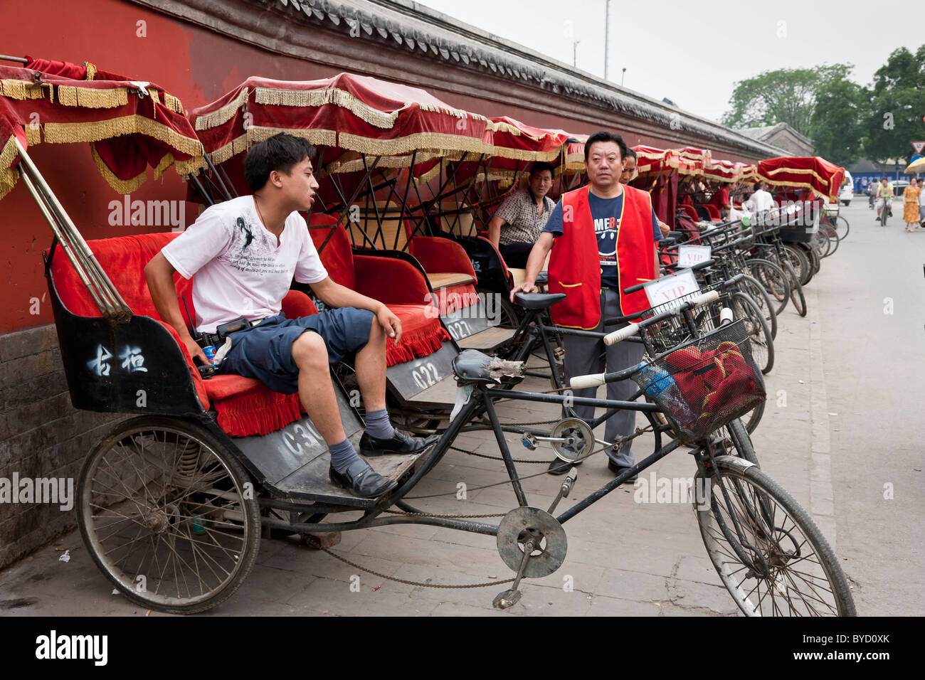 Trishaws waiting to take tourists on a tour of the hutongs in Beijing, China. JMH4839 - Stock Image