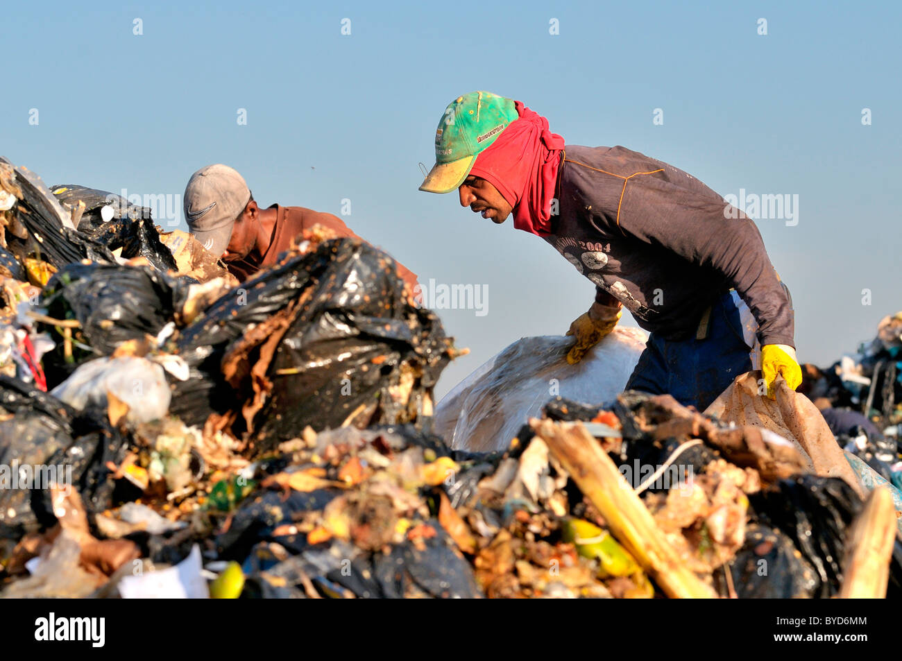 People in search of recyclables at Lixao dump in the satellite city of Estrutural near Brasilia, Distrito Federal, - Stock Image