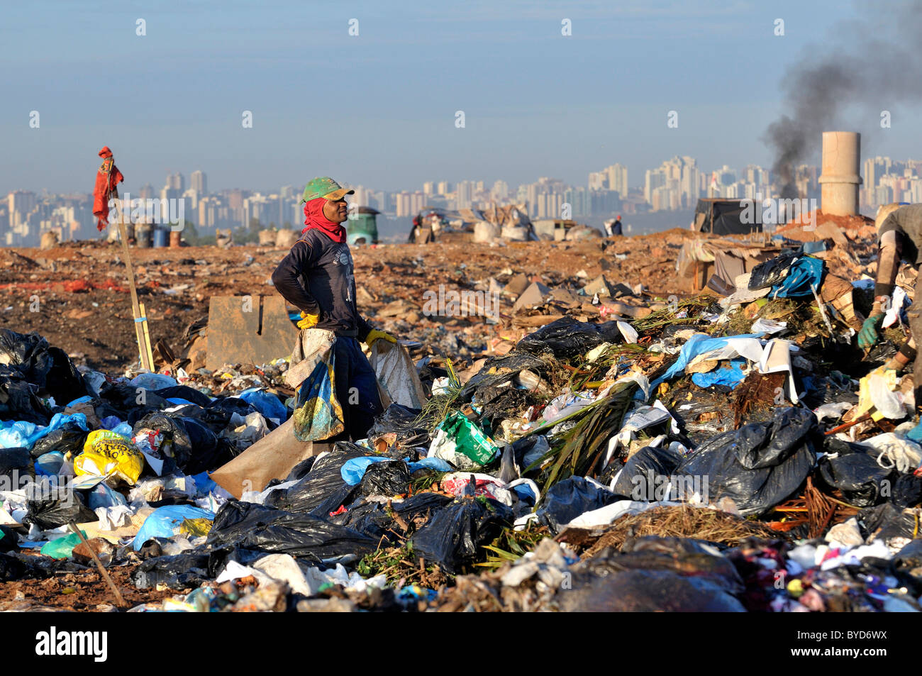 Young man searching for recyclables at the Lixao dump in the satellite city of Estrutural near Brasilia, Distrito - Stock Image