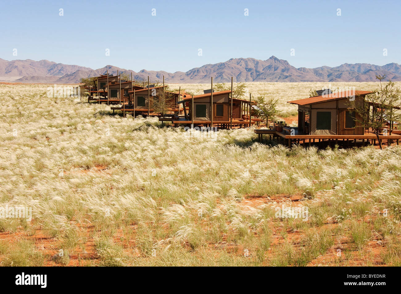 The chalets of the exclusive Wolwedans dunes lodge in a beautiful setting in the private NamibRand Nature Reserve - Stock Image