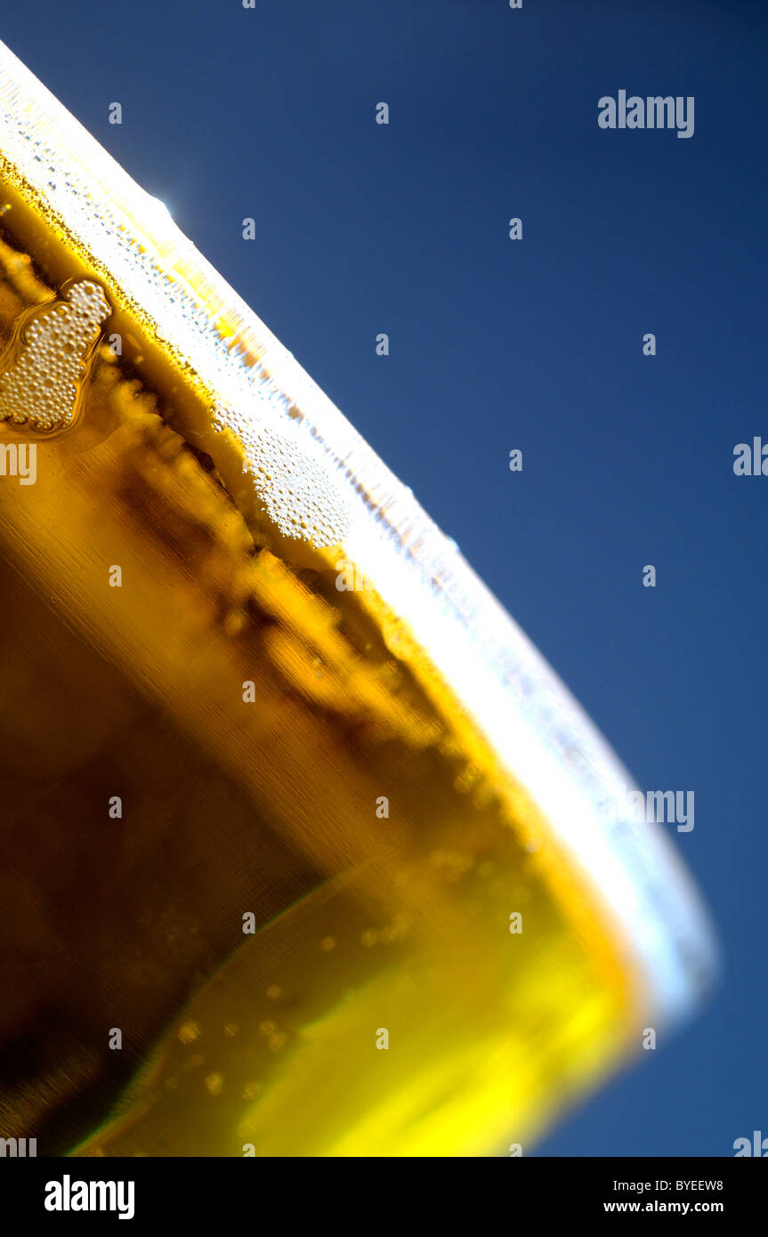 A pint of cider against a dark blue background - Stock Image