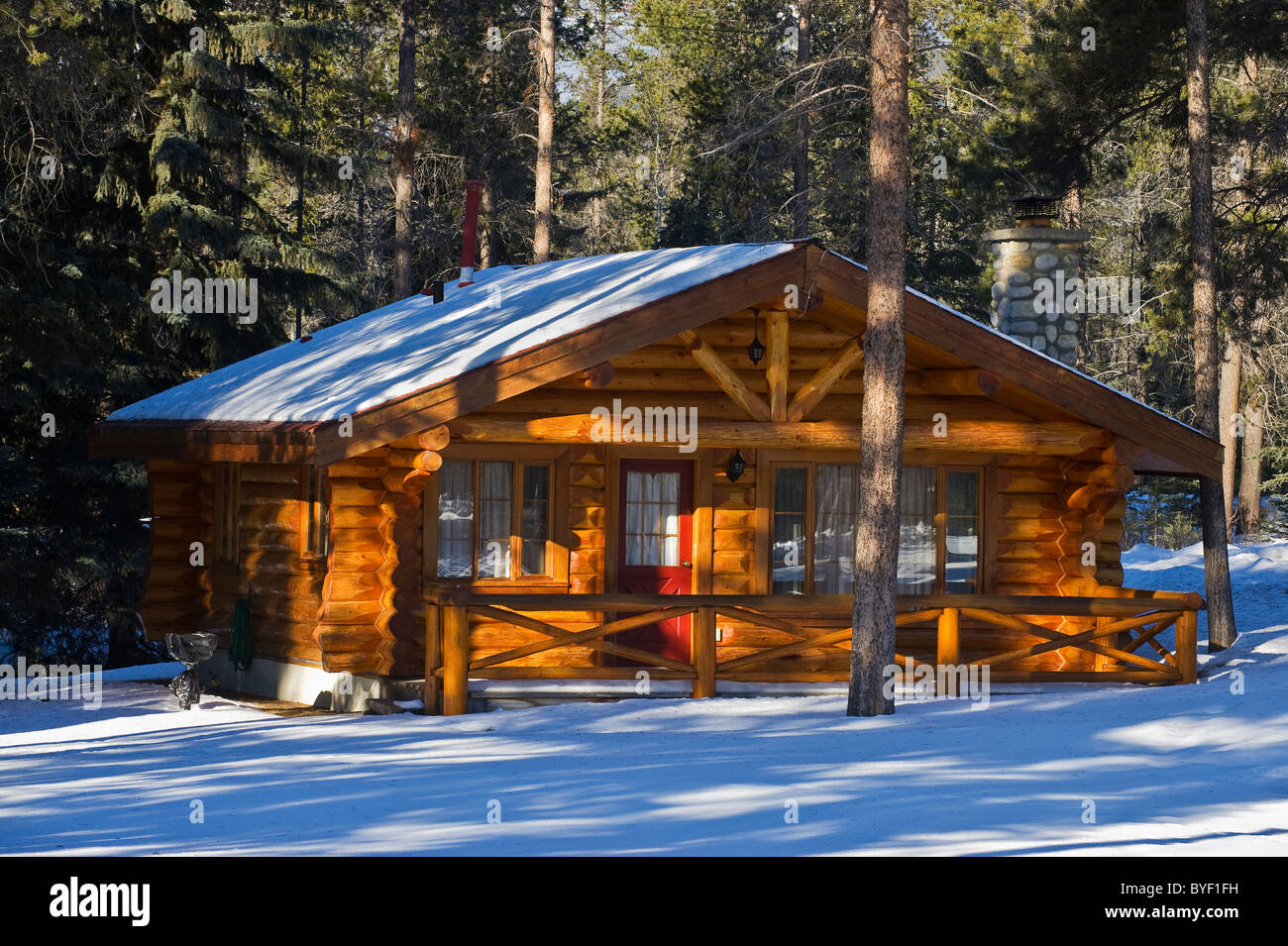A winter scenic of a log cabin - Stock Image