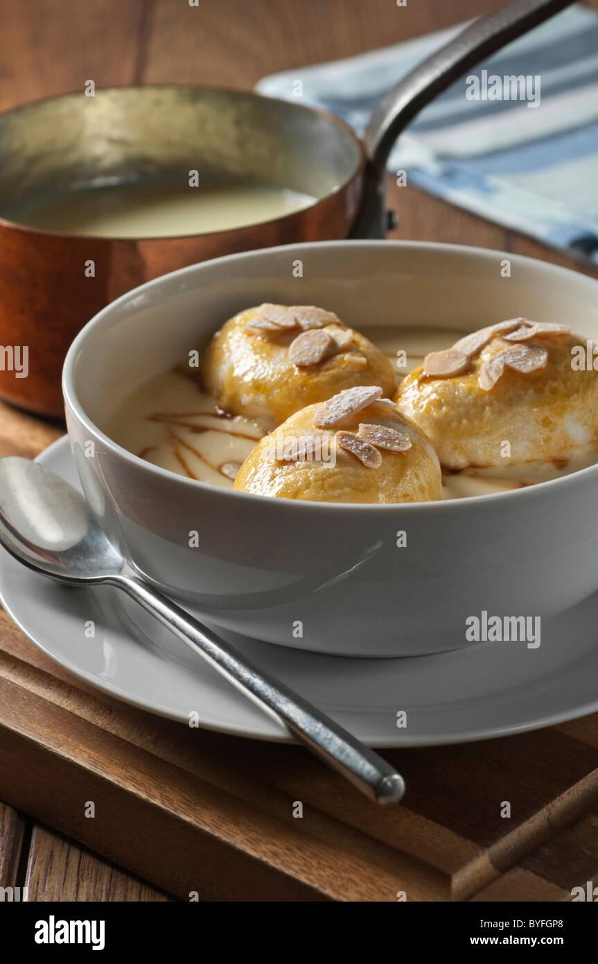 Oeufs à la neige. Snow eggs. Iles flottantes. Dessert France - Stock Image