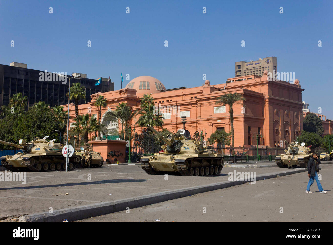 army tanks guarding the Egyptian Museum, Tahrir Square, Cairo, Egypt - Stock Image
