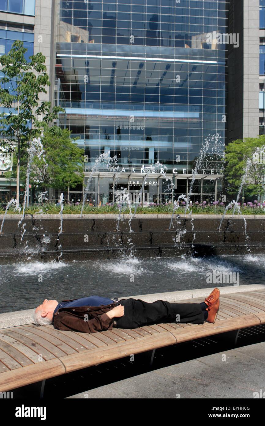 Man resting on bench new york - Stock Image