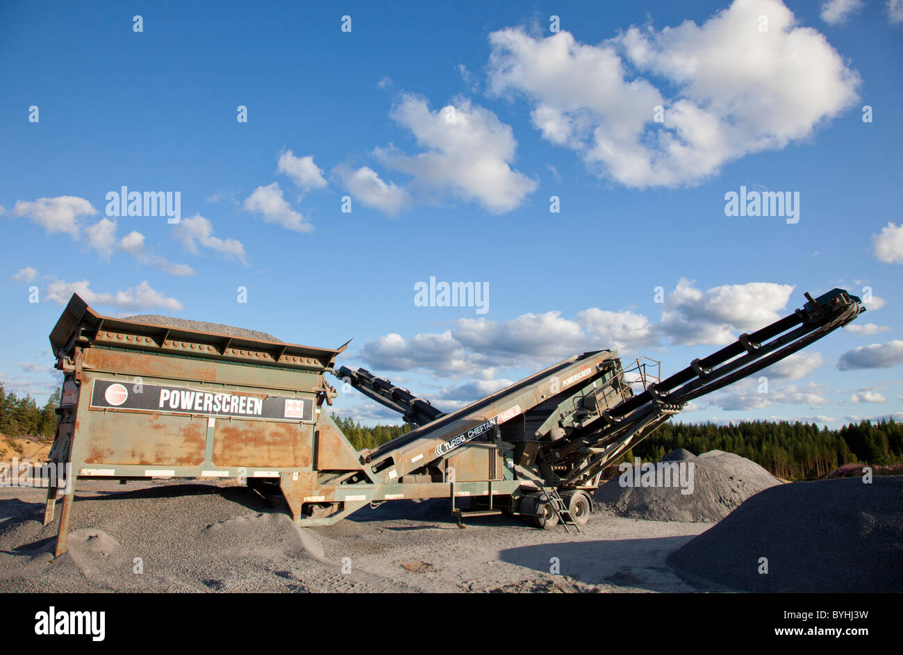 Powerscreen Turbo Chieftain 1400 screening unit and conveyor belt for screening sand, gravel and aggregates at rock - Stock Image