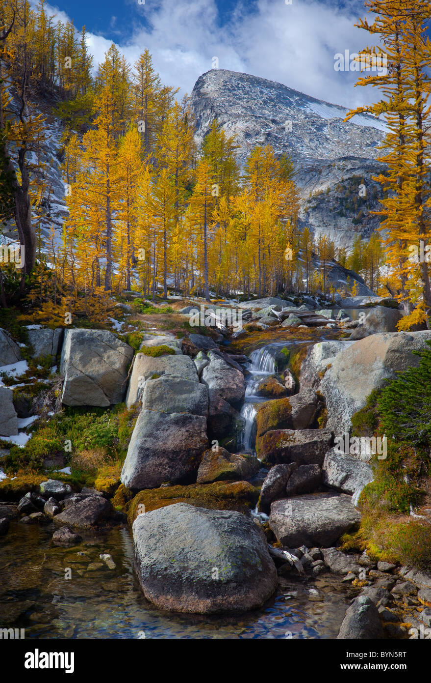 Small waterfall between Perfection and Leprechaun lakes in the Enchantment Lakes area of Alpine Lakes Wilderness, - Stock Image