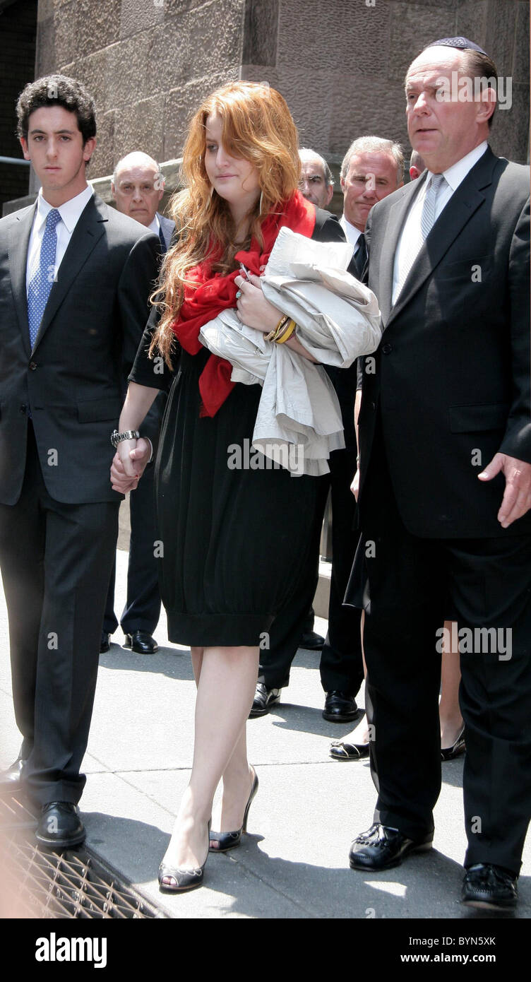 Samantha Perelman and guests depart the funeral of Claudia Cohen held at Central Synagogue New York City, USA - - Stock Image