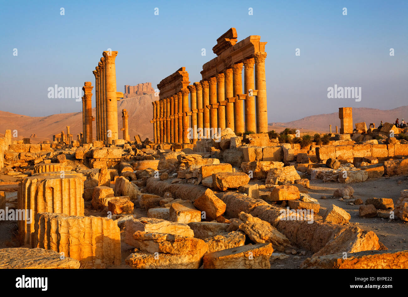 The Colonnaded Street and the Arab Castle, Palmyra, Syria - Stock Image