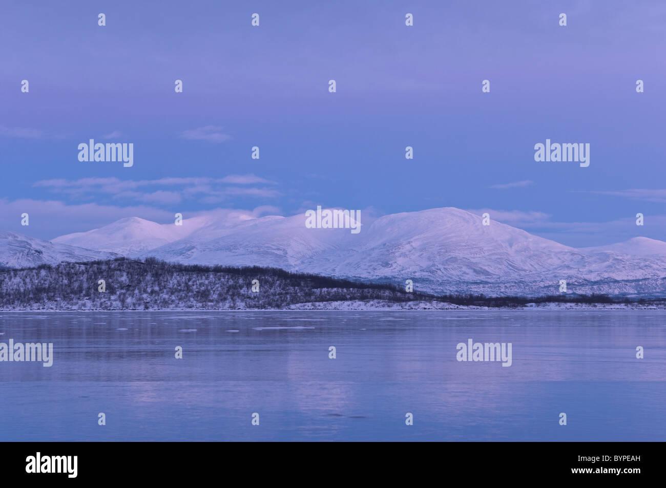 Berge im Fjaell  See Tornetraesk, Abisko, Lappland, frozen lake tornetraesk, abisko, lapland, sweden - Stock Image