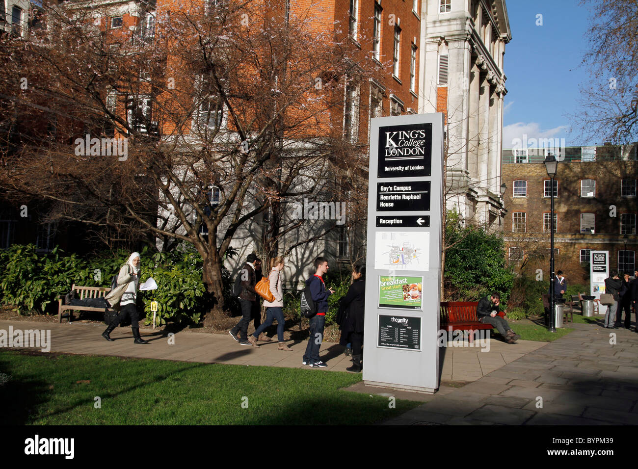 UK. STUDENTS AT THE CAMPUS OF GUY'S TEACHING HOSPITAL NEAR LONDON BRIDGE - Stock Image