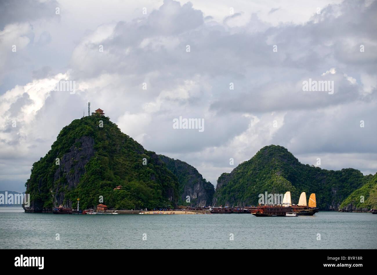 Junk boat in Ha Long Bay. Quang Ninh province, Vietnam, Asia. - Stock Image