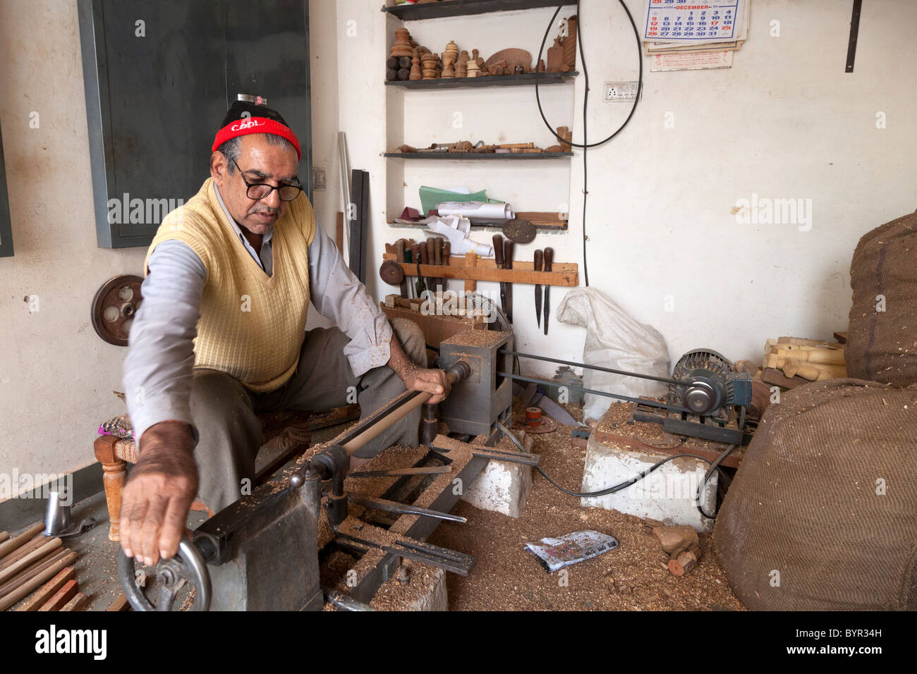 india, Rajasthan, Udaipur, wood turner using lathe in old city - Stock Image