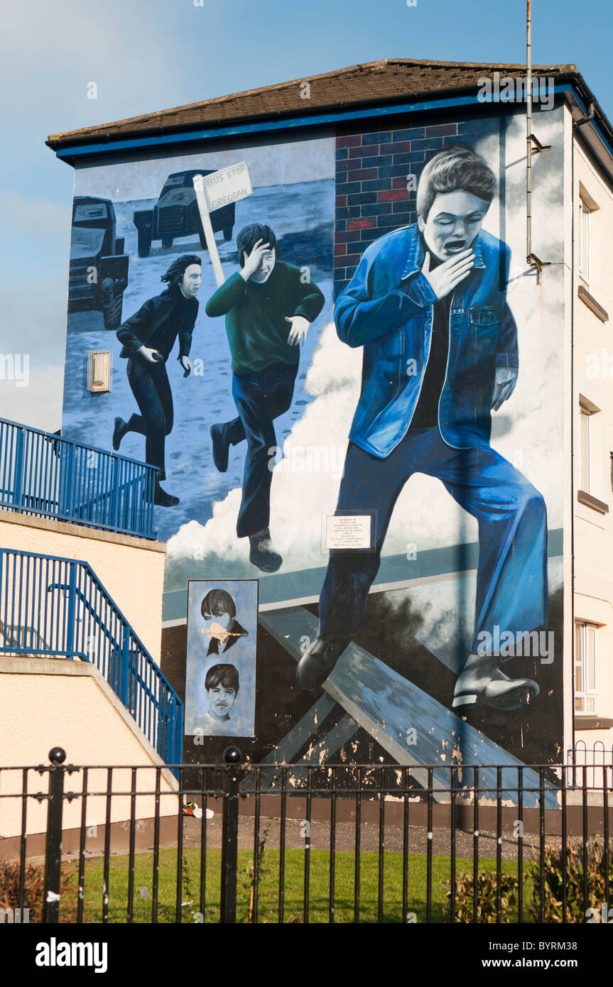 Mural depicting three men running from British Army - Stock Image