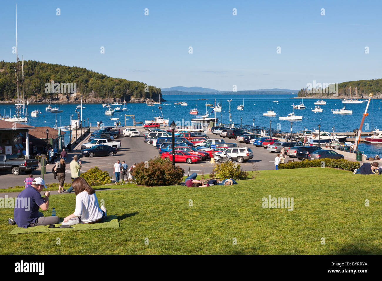 Young couple eat lunch on lawn of Agamont Park in Bar Harbor, Maine - Stock Image