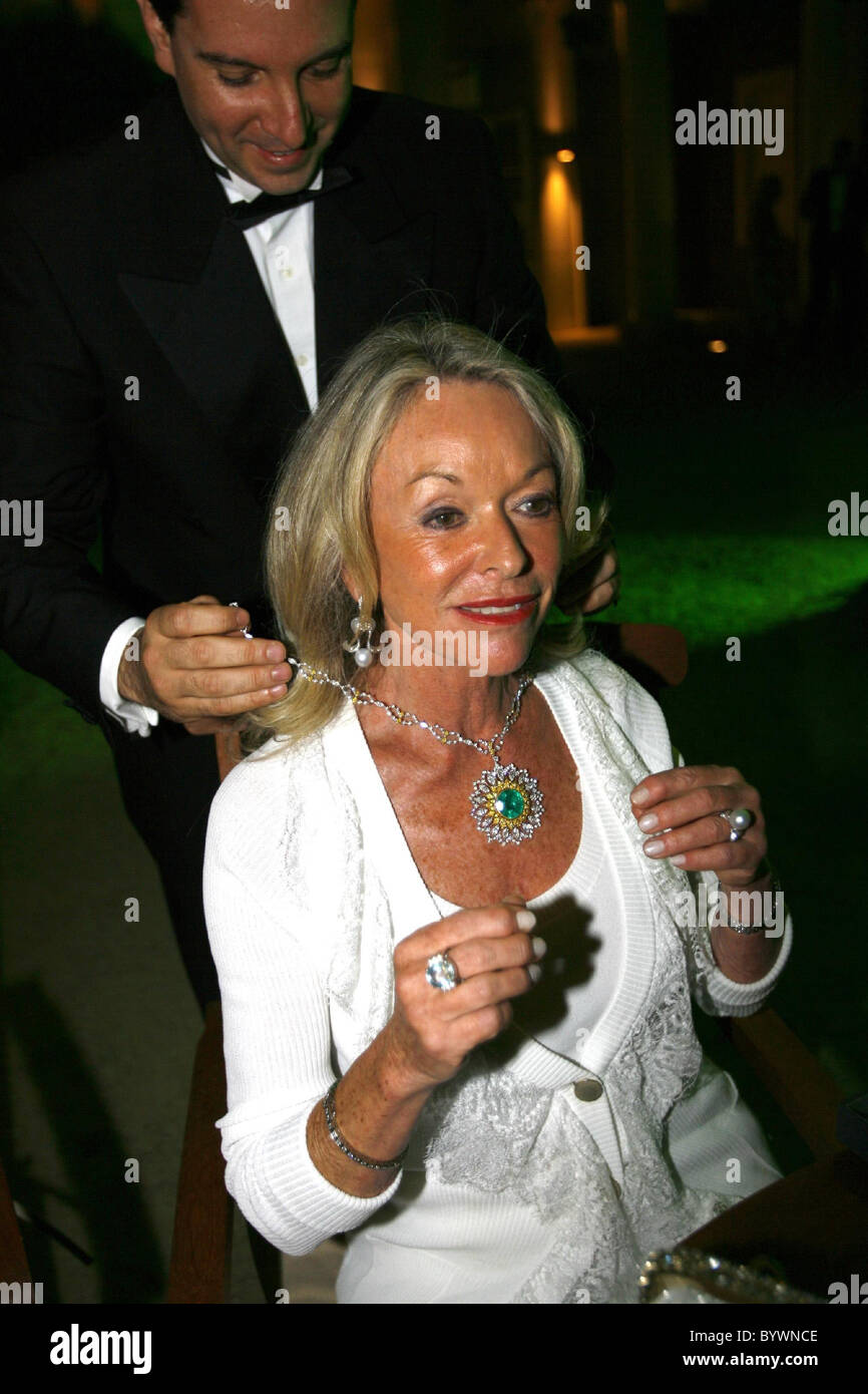 Pixie Garvin tries on the ú500,000 Gianmaria Buccellati diamond necklace Salon Prive private luxury and supercar - Stock Image