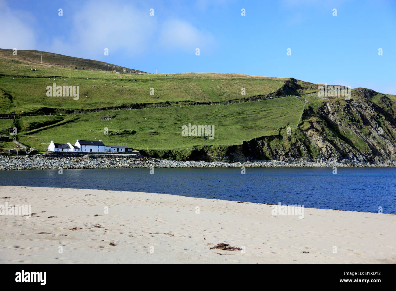 The sandy beach and the bay at Norwick on the north east coast of Unst, Shetland, the most northerly island in Britain - Stock Image