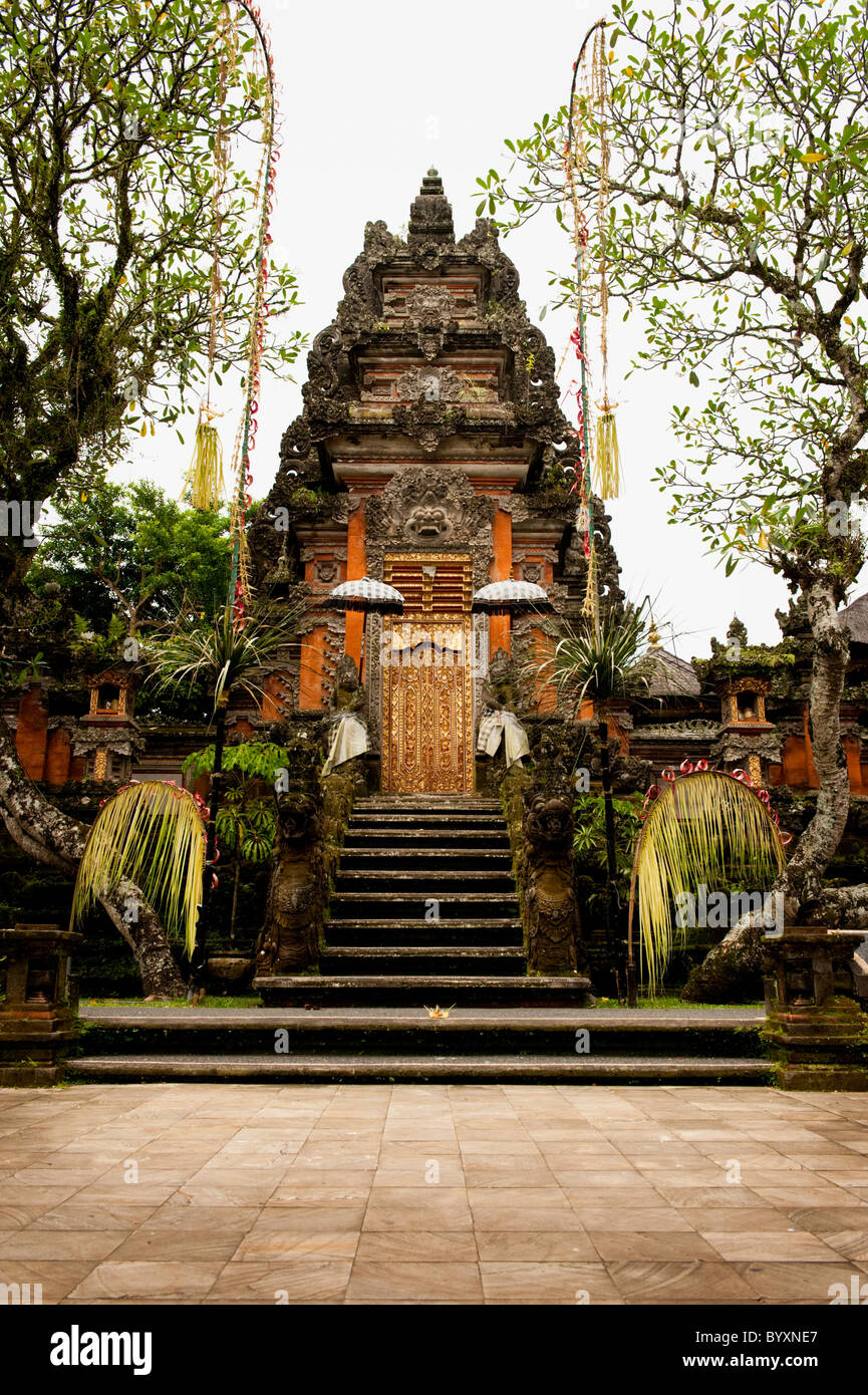 There are many Hindu temples in Ubud, Bali, but one of the most beautiful is Pura Taman Kemuda Saraswati just behind - Stock Image