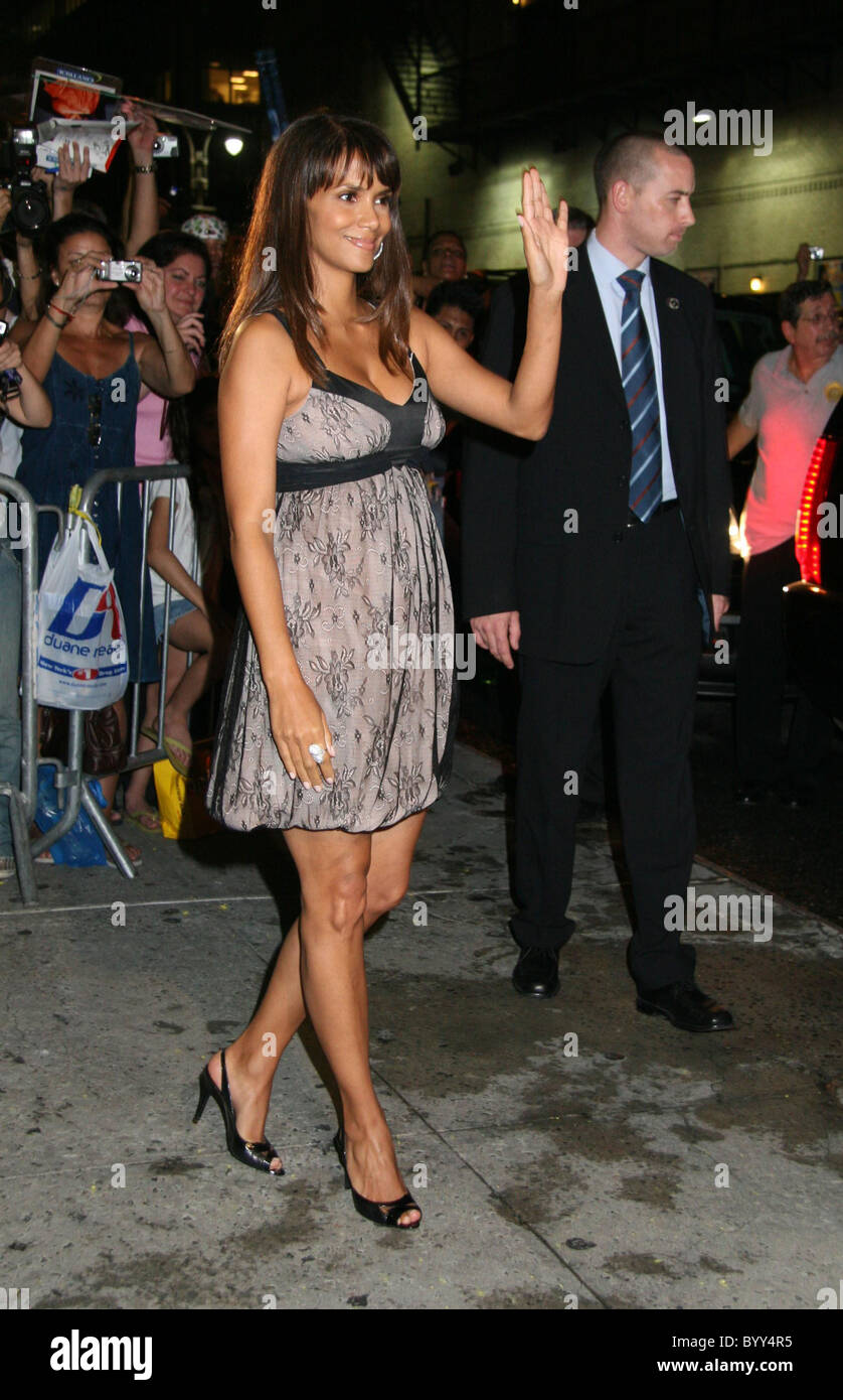 Halle Berry Three Months Pregnant Outside The Ed Sullivan Theatre For The Late Show With David Letterman New York City Usa