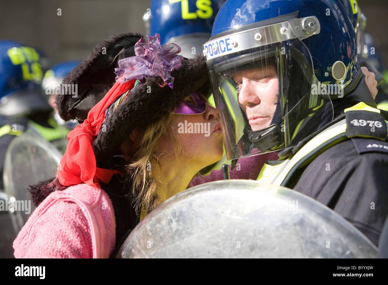 A G20 protester kisses a riot policeman at Bank 5pm 2/4/09 - Stock Image