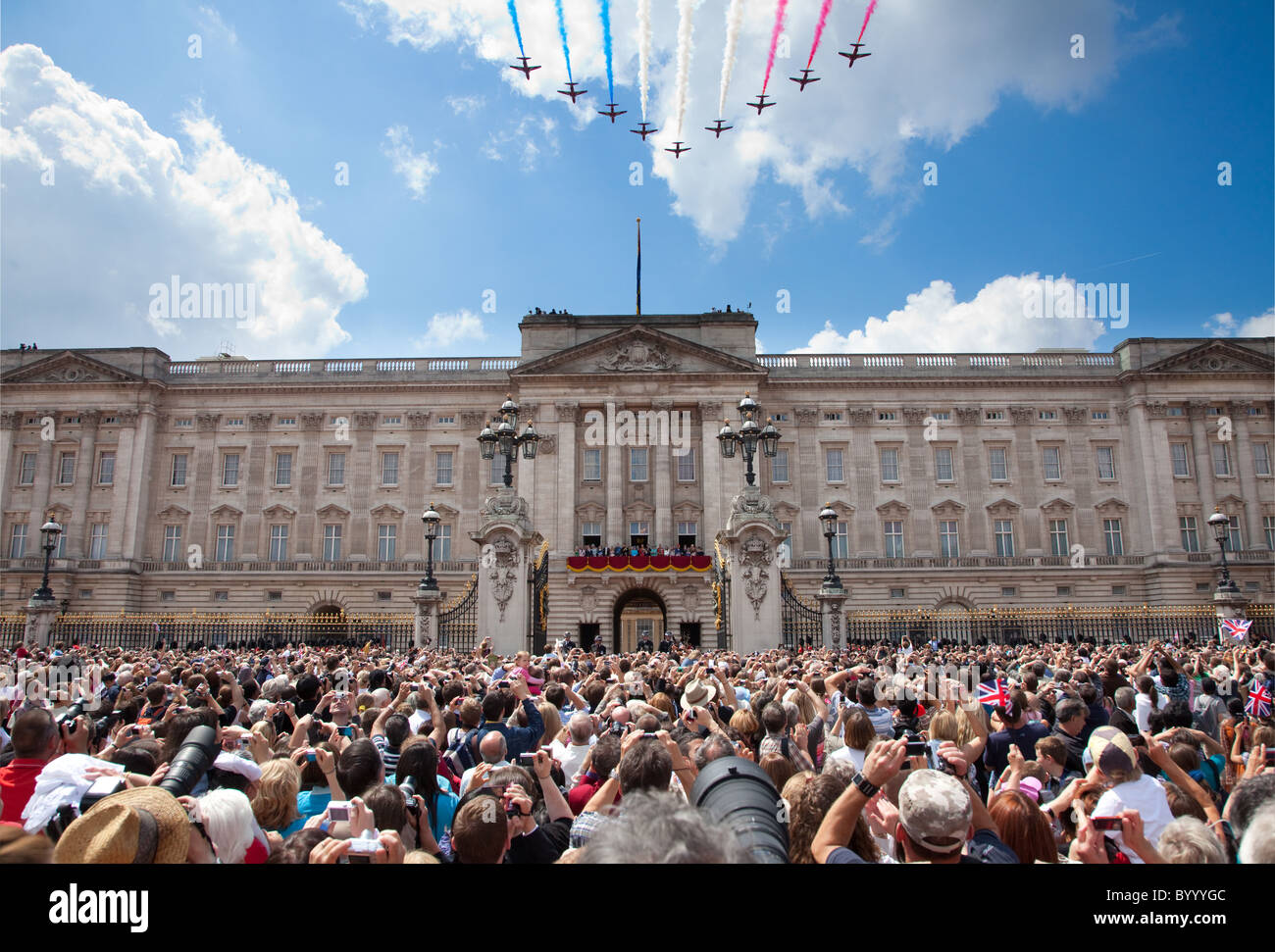 Red Arrows flypast Buckingham Palace - Stock Image
