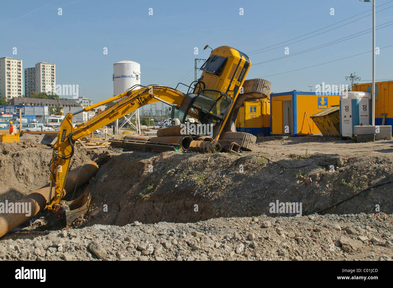 A crawler excavator toppled over on the construction site between Neue Bibliothek and Pariser Platz, Stuttgart Stock Photo