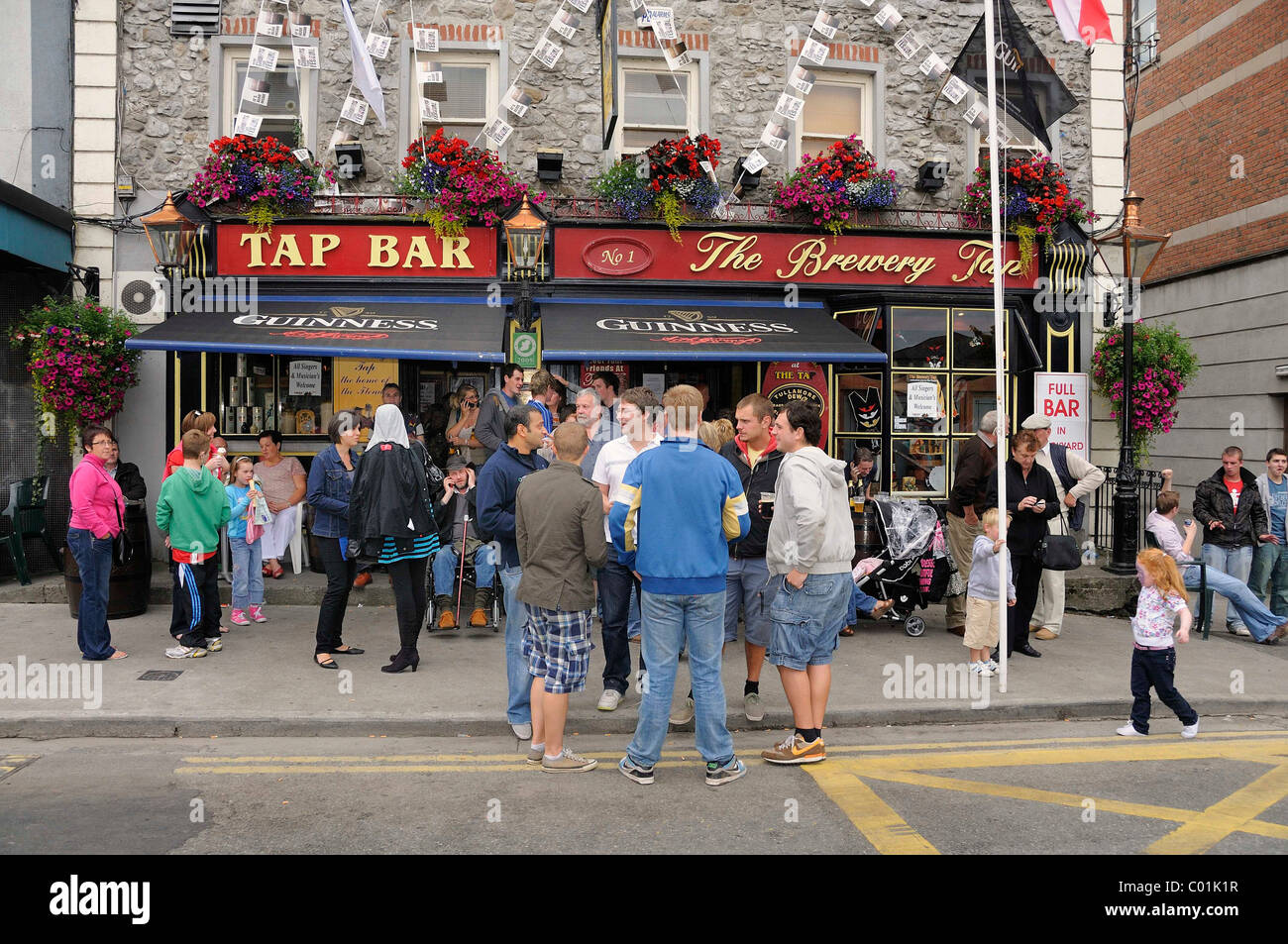Guests in front of a pub in Tullamore, County Offaly, Midlands, Ireland, Europe - Stock Image