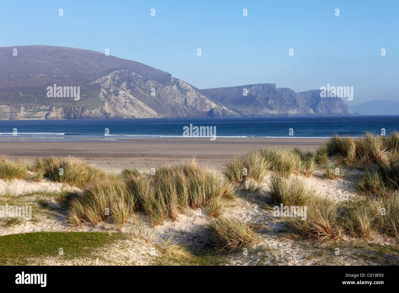 Keel Beach, cliffs and the Dooega Head, Achill Island, County Mayo, Connacht province, Republic of Ireland, Europe - Stock Image