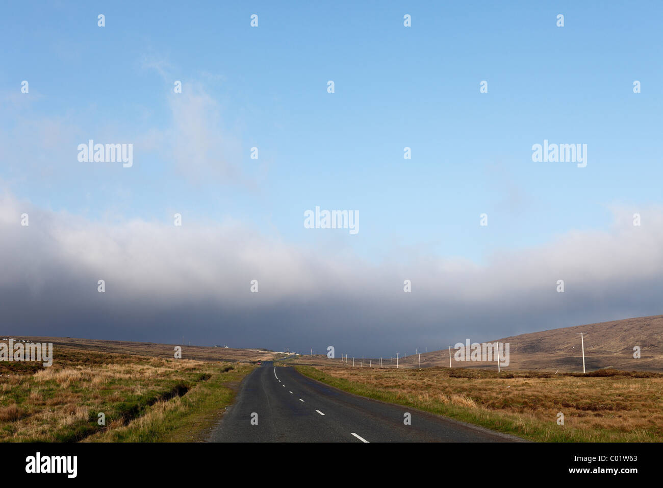 Country road with low clouds, Achill Island, County Mayo, Connacht province, Republic of Ireland, Europe - Stock Image