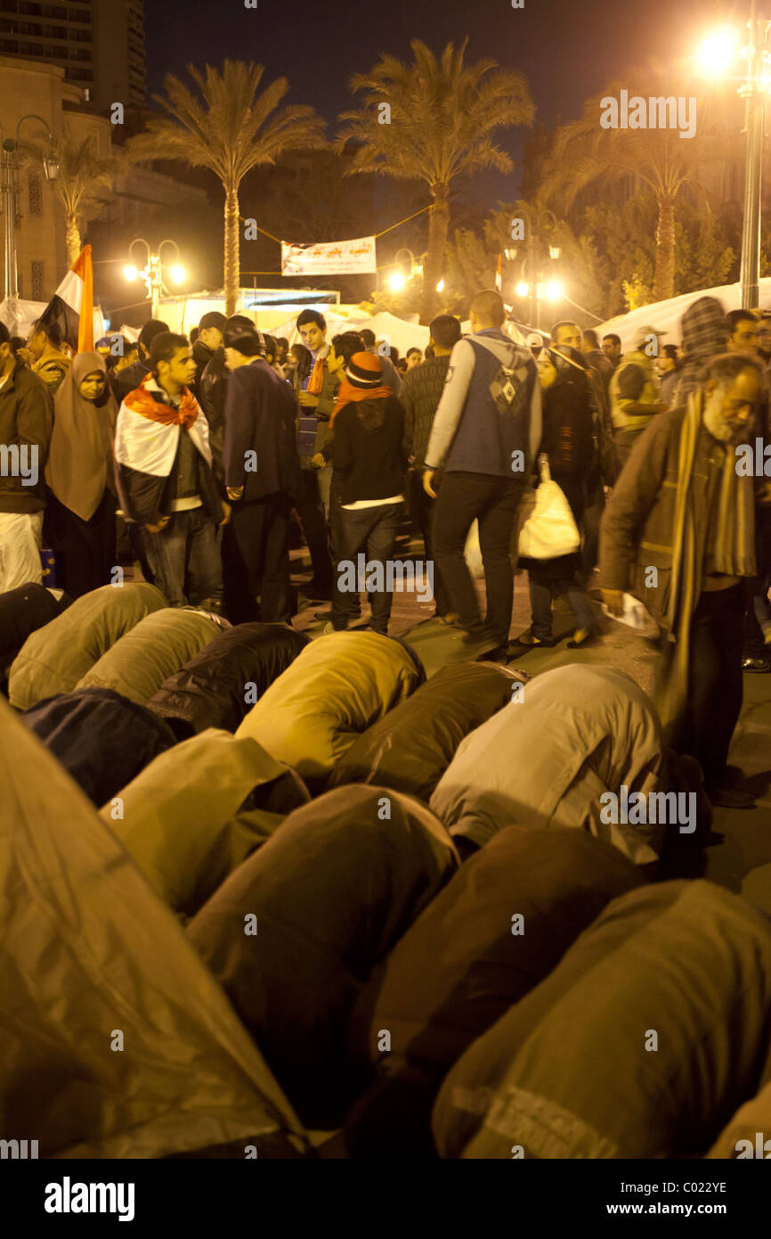 anti-Mubarak protestors praying at Tahrir Square, Cairo, Egypt - Stock Image