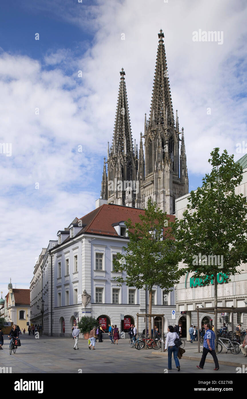 View from Neupfarrplatz square on the Regensburg Cathedral of St. Peter, in front beautiful houses, old town - Stock Image
