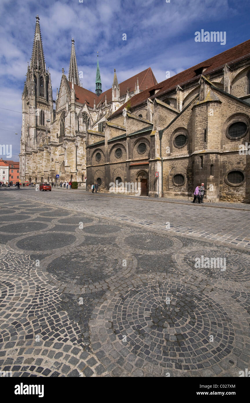Regensburg Cathedral of St. Peter, view from the south on the cathedral, in front the St. Ulrich Diocesan museum, - Stock Image