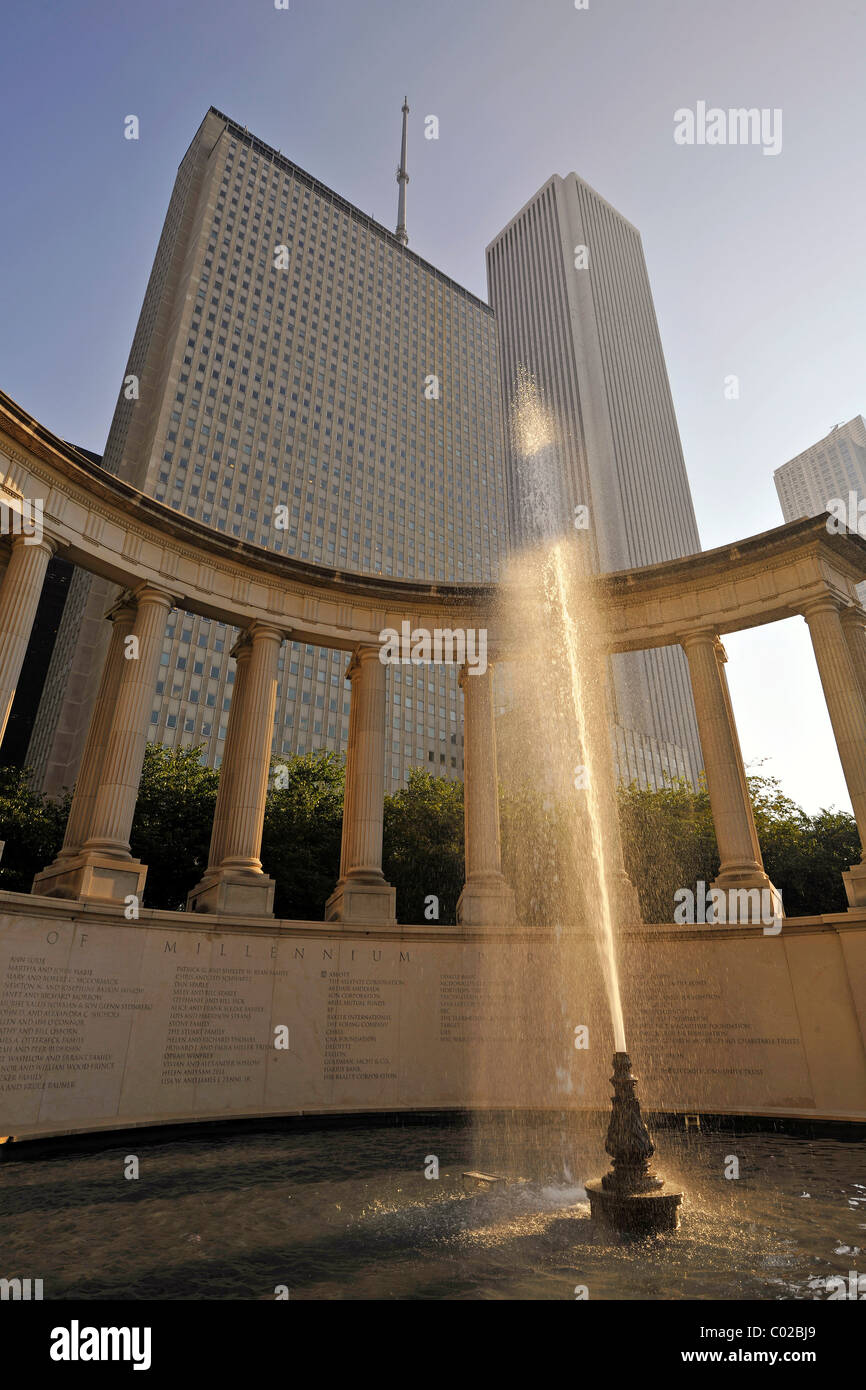 Fountain in front of the Millennium Monument, Wrigley Square, Millennium Park, at the rear, the Aon Building and - Stock Image