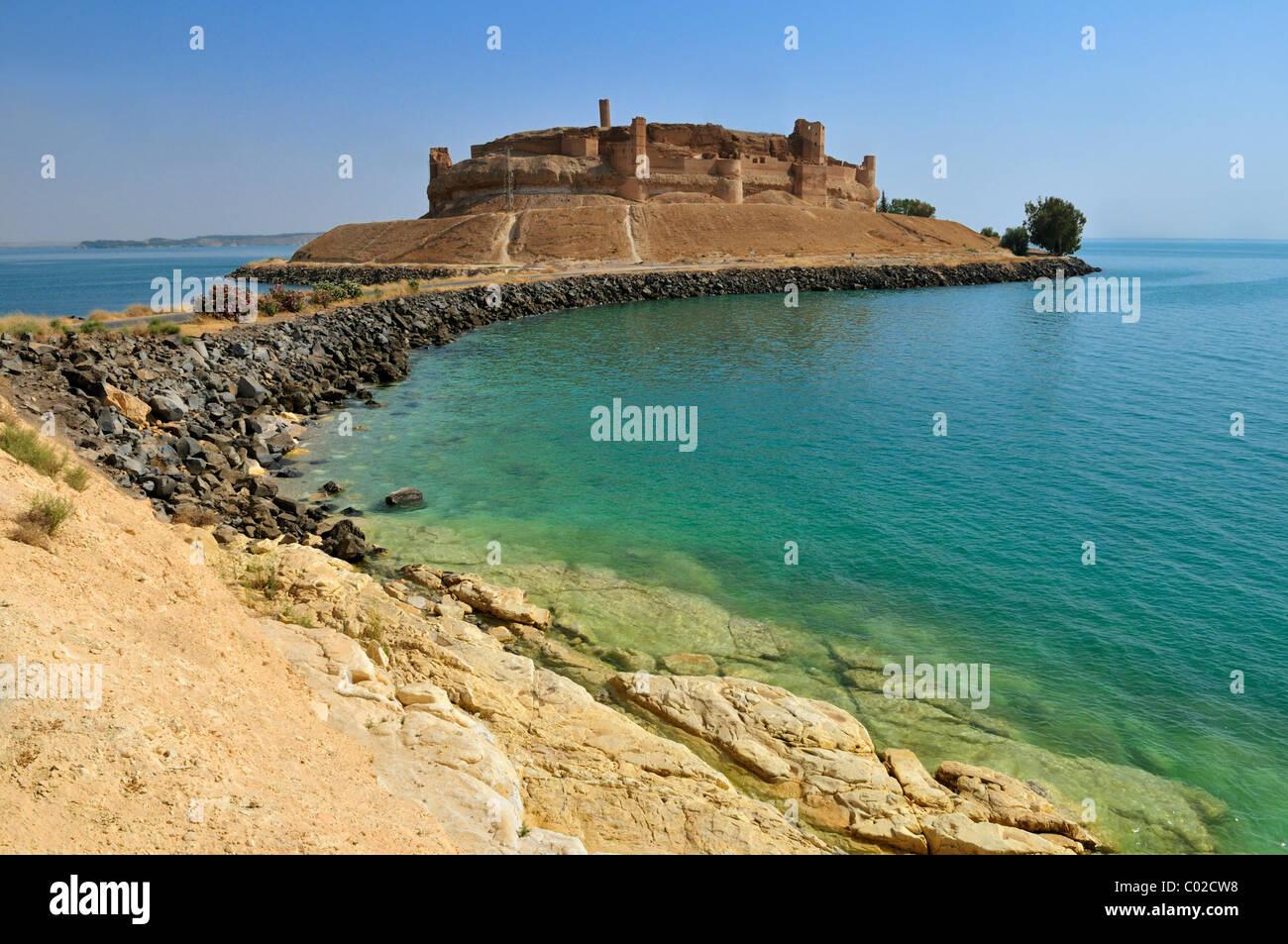 Historic castle of Qalaat Jabar overlooking Assad Lake, Euphrates, Syria, Middle East, West Asia - Stock Image
