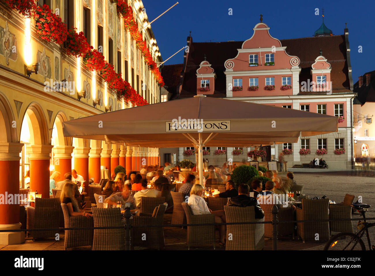 Café Hamptons in the Steuerhaus building on the market square, in the back the Grosszunft building, Memmingen - Stock Image