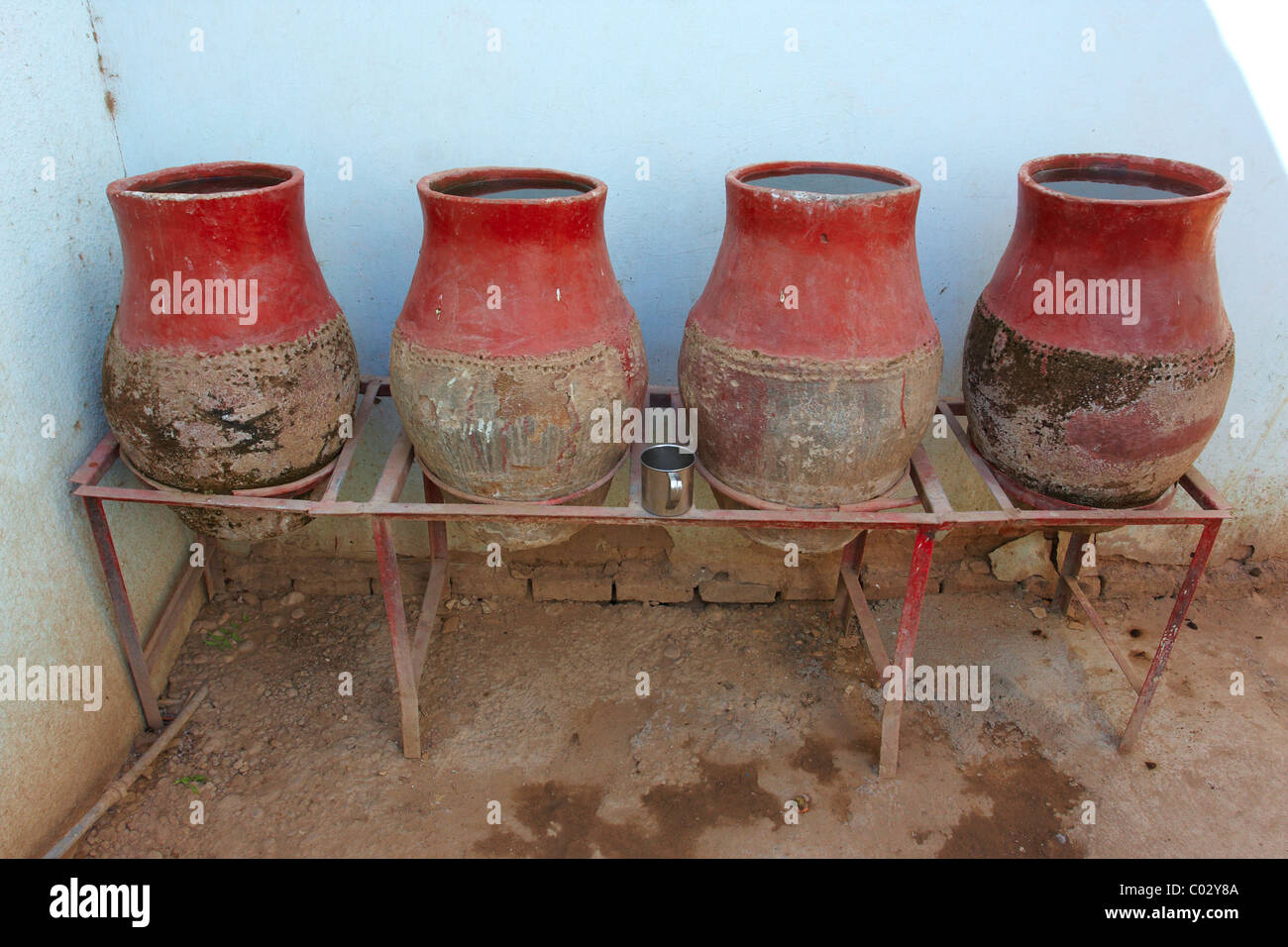 Water-jugs in lokanda - the cheapest form of accommodation in Sudan. Usually a series of rooms around an open courtyard. - Stock Image