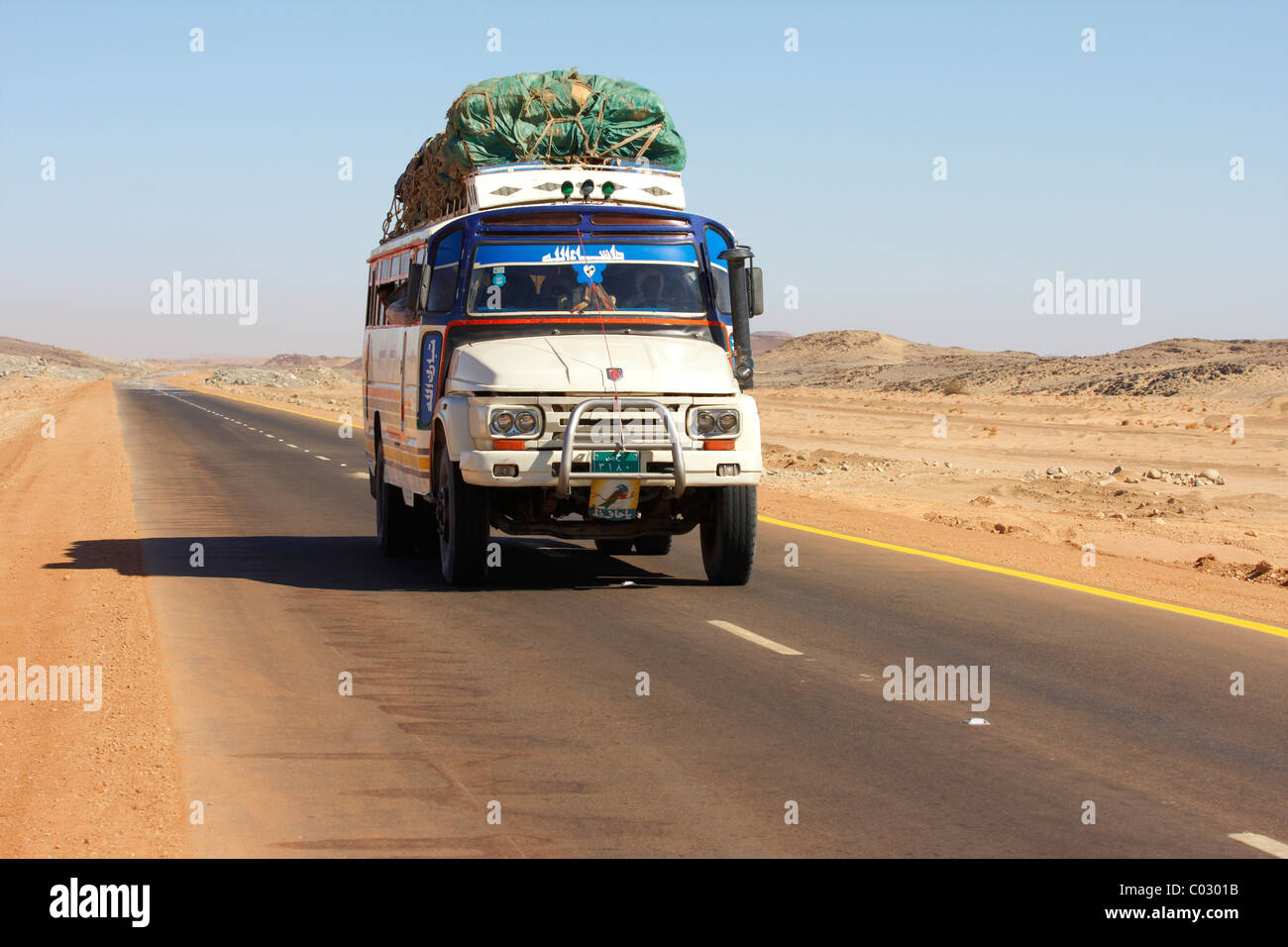 A truck in the Nubian Desert in Sudan, to the north of Dongola. - Stock Image