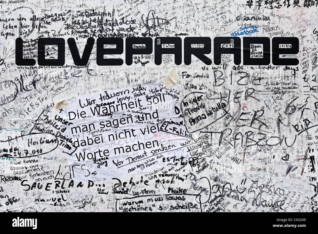 Poster with sympathetic notes and signatures, to remember the victims of the crowd crush at the Loveparade 2010, - Stock Image