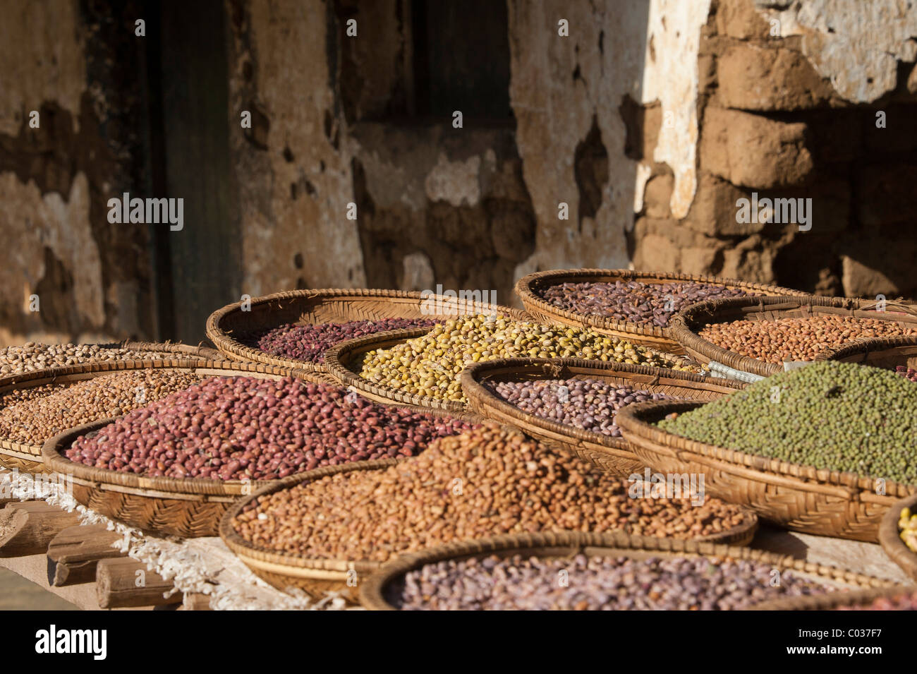 Various dried pulses in basket at market, Arusha, Tanzania, Africa - Stock Image