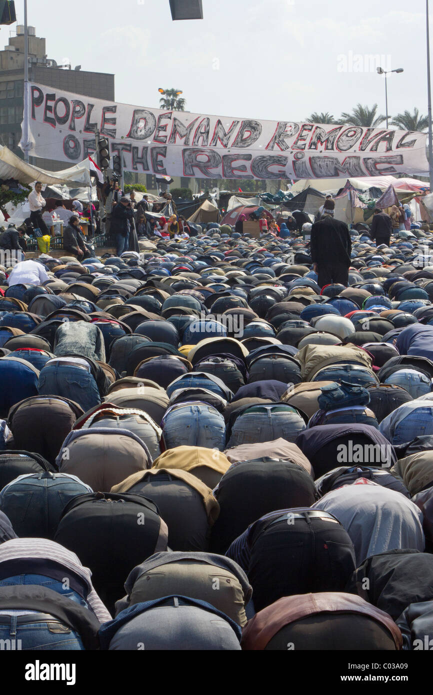 anti-Mubarak protestors at noon Friday prayers in Tahrir Square, Cairo, Egypt - Stock Image