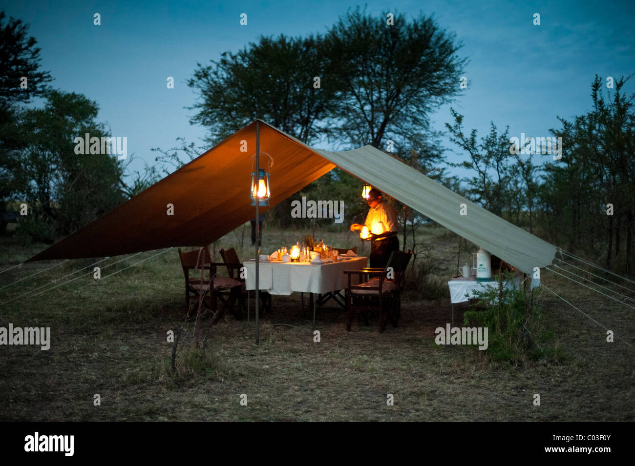 Elegant luxury camp, dinner table, Living under Canvas, Serengeti, Tanzania, Africa - Stock Image