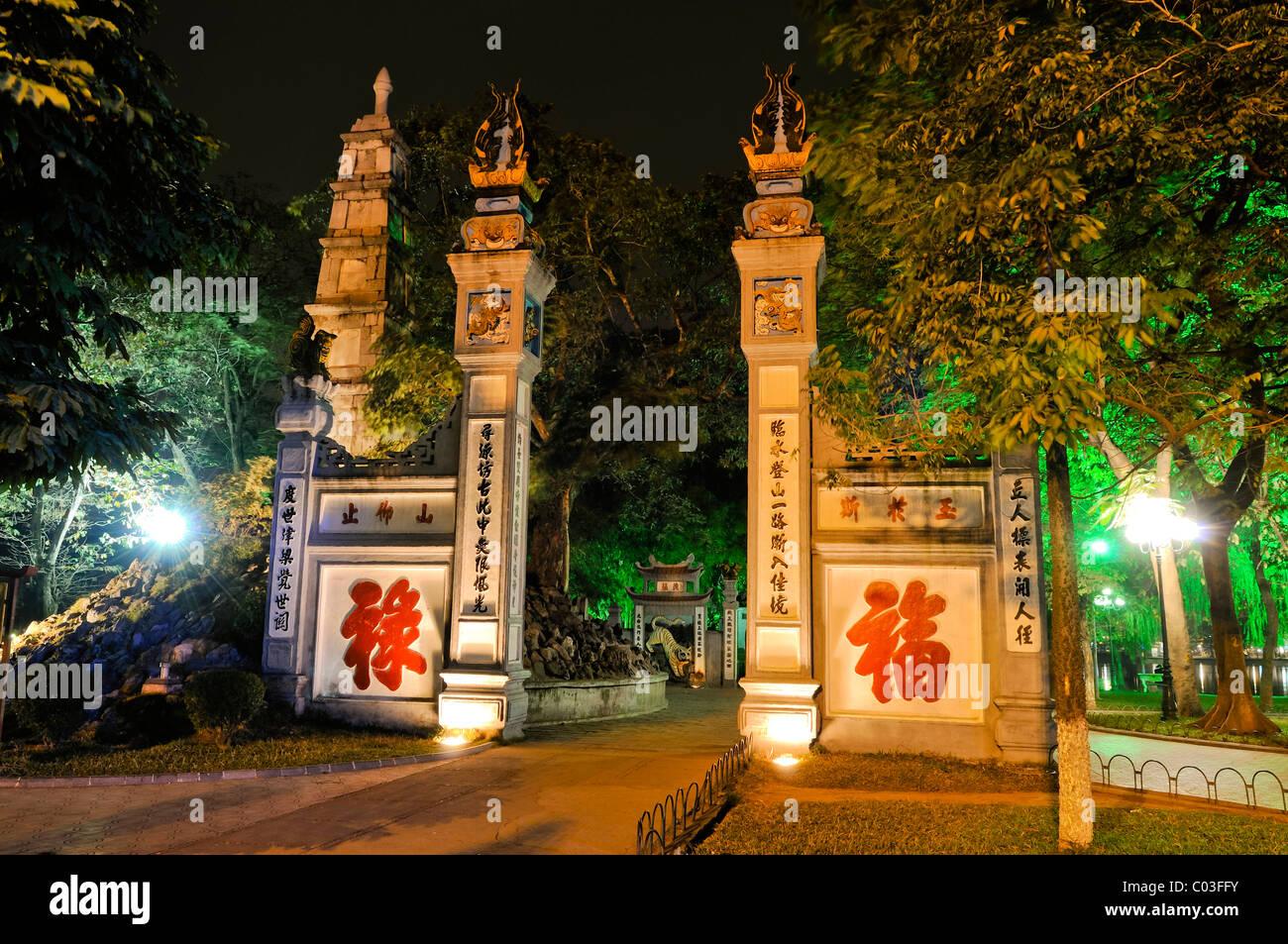 Entrance to the Red Bridge, Hoan Kiem Lake, Hanoi, Vietnam, Southeast Asia - Stock Image