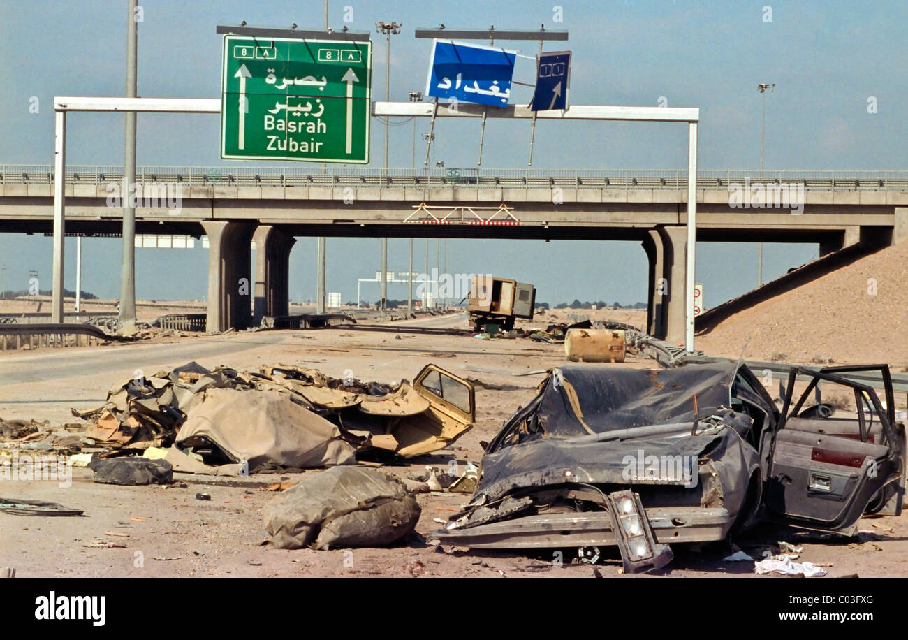 Destroyed vehicles on the Basrah highway following the defeat of Iraq in the Gulf War. - Stock Image