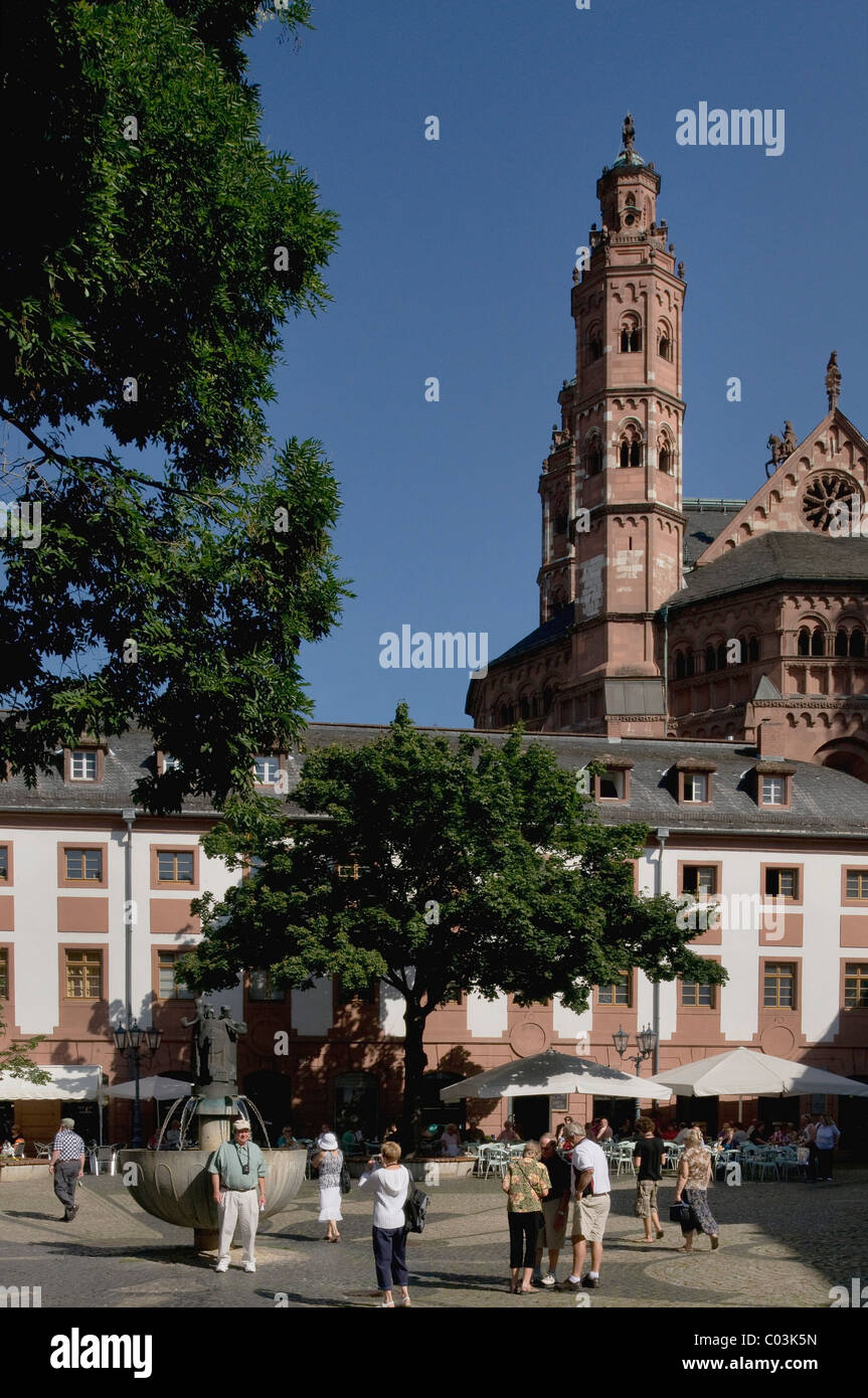 Tourists on Leichhof square at the rear of Mainz Cathedral of St. Martin, Mainz, Rhineland-Palatinate, Germany, - Stock Image