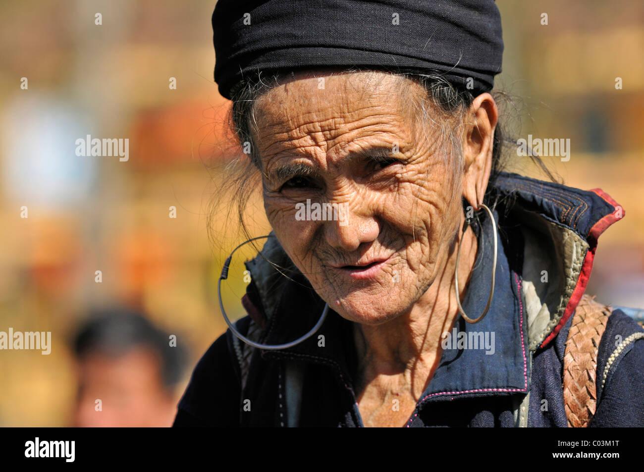 Woman at the market of Sa Pa or Sapa, Black Hmong ethnic minority group, North Vietnam, Vietnam, Asia - Stock Image