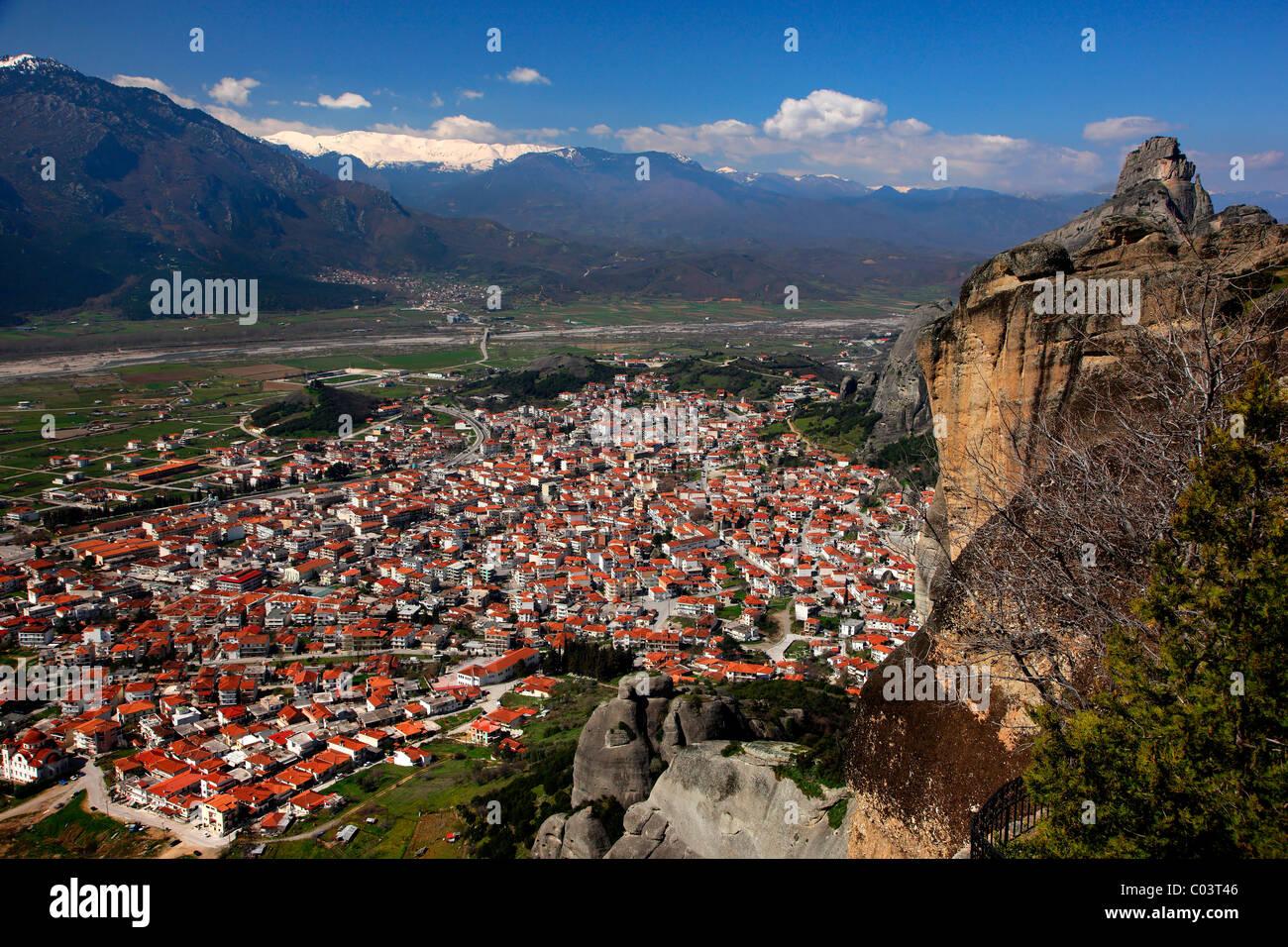 Kalambaka town in the 'shadow' of the Meteora rocks. Trikala, Thessaly, Greece - Stock Image
