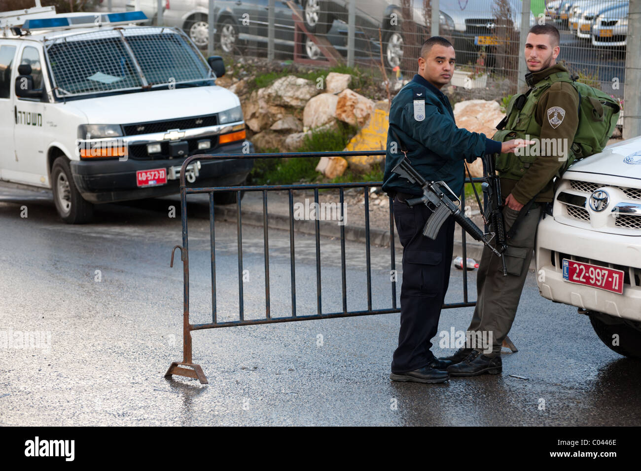 Israeli police and soldiers set up checkpoints to guard Jewish settlers who've seized Palestinian homes in the - Stock Image
