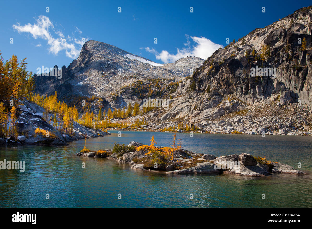 Larch trees at Perfection Lake in the Enchantment Lakes wilderness in Washington state, USA Stock Photo