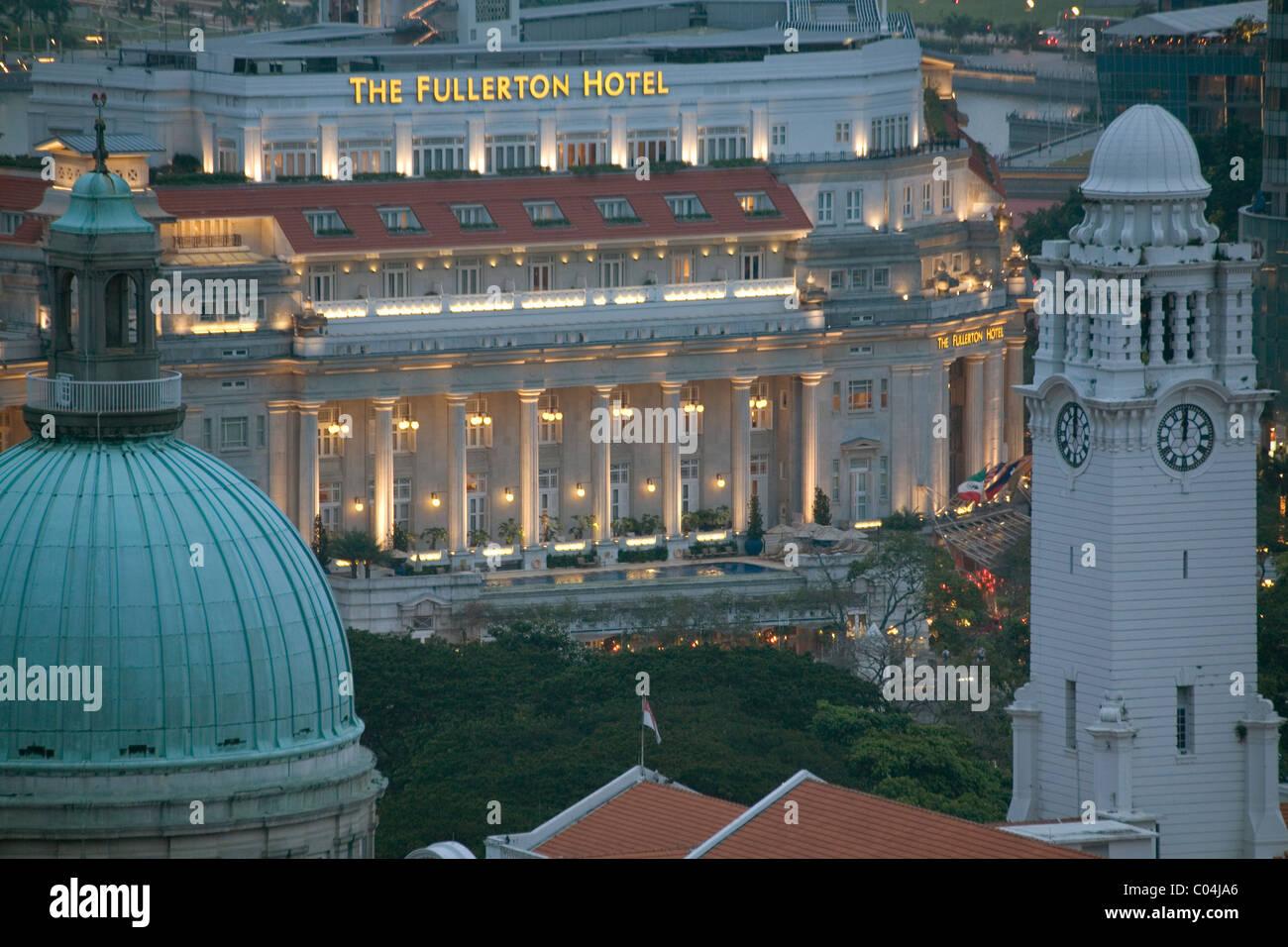 Singapore Fullerton hotel at night - Stock Image