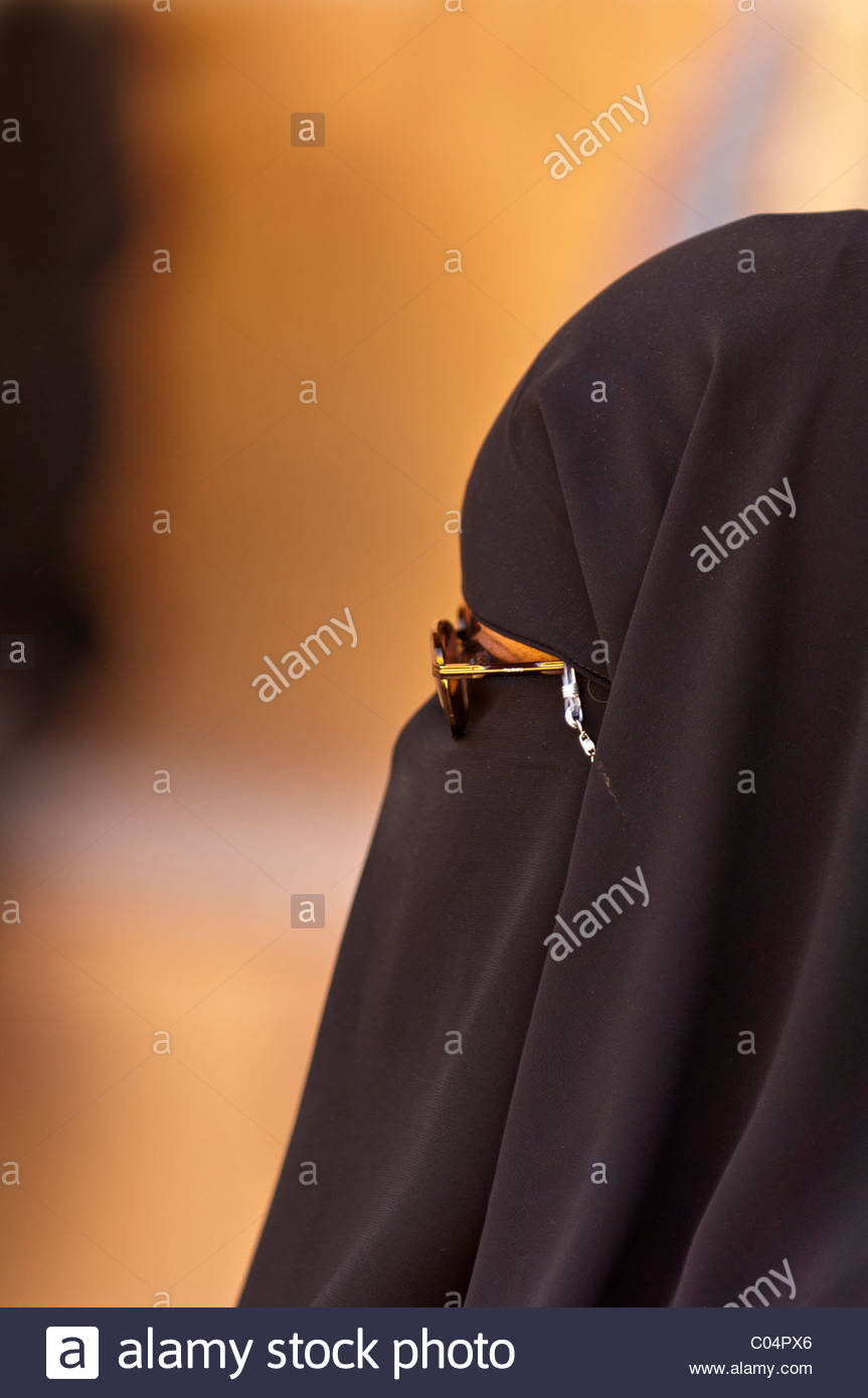 A woman wearing a burka, Valley of the Kings Archaeological site, near Luxor, Egypt - Stock Image